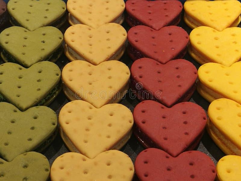 Gemakkelijke en Heerlijke eigengemaakte koekjes, buttercream aardbei en groene thee in hartvorm voor Valentine-gift, de koekjes v royalty-vrije stock foto's