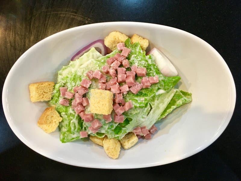 Gemakkelijke Salade, ham met sla en knapperig brood stock fotografie