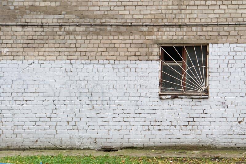 Gemalte Backsteinmauer mit Fenster lizenzfreie stockfotos