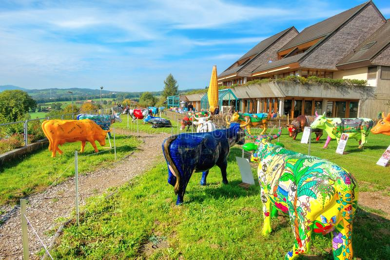 Gemalte bunte Skulpturen von Kühen in Motel de la Gruyere nahe See des Gruyeres switzerland stockfotografie