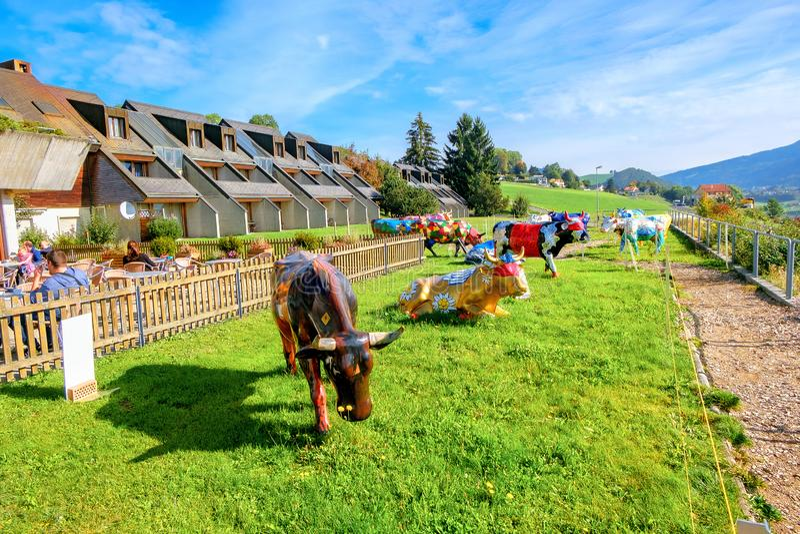 Gemalte bunte Skulpturen von Kühen in Motel de la Gruyere nahe See des Gruyeres switzerland stockfoto