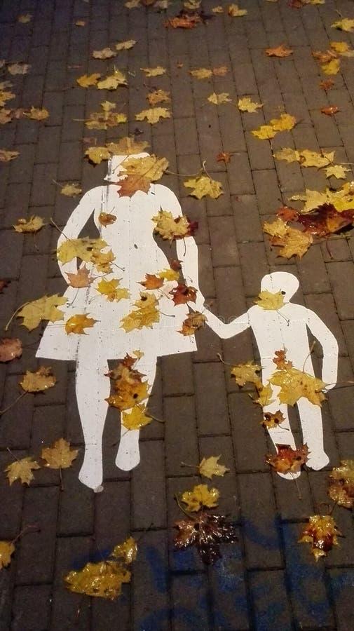 Gemalte Frau und Junge im Herbst stockbild