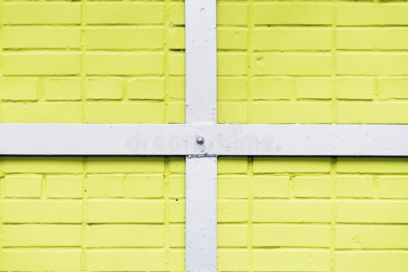 Gemalte gelbe Backsteinmauerbeschaffenheit, asphaltieren weißen viereckigen Rahmen, Querbalken, städtischer Hintergrund, Raum für lizenzfreie stockfotos
