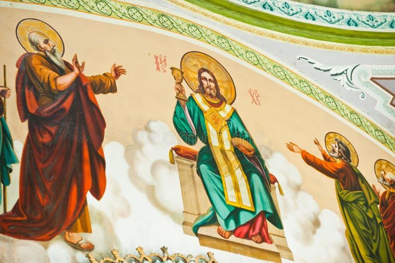 Gemalte Ikone von Jesus Christ und von Aposteln auf Wand an der Kirche stockfotografie
