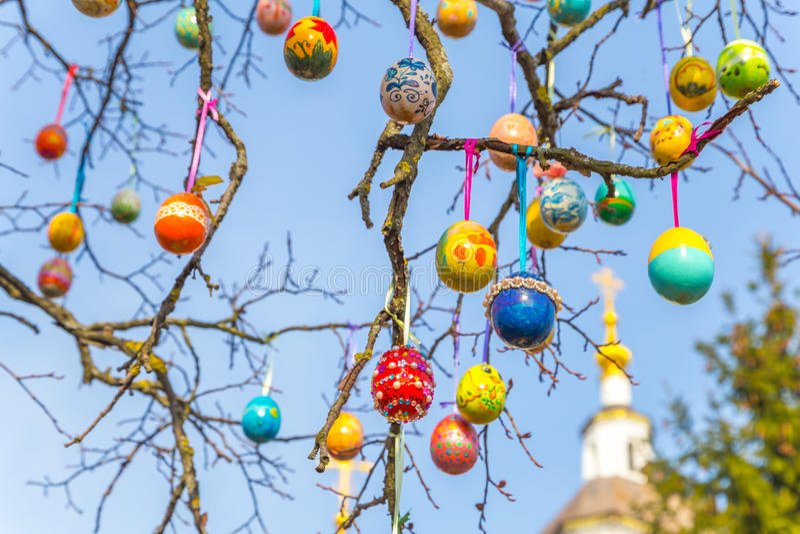 Download Gemalte Ostereier Auf Einem Baumast Stockbild - Bild von bunt, farbe: 90227223