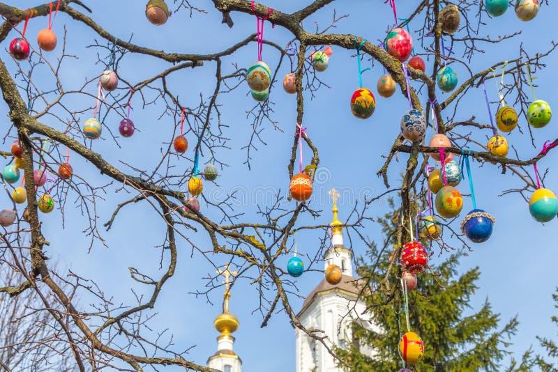 Download Gemalte Ostereier Auf Einem Baumast Die Kirche Im Hintergrund Stockfoto - Bild von gemalt, viele: 90229362
