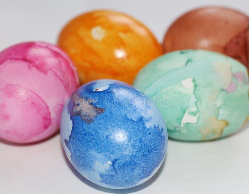 Gemalte Ostereier Malen Sie die Eier f?r Ostern Farbige Marmoreier lizenzfreie stockfotografie