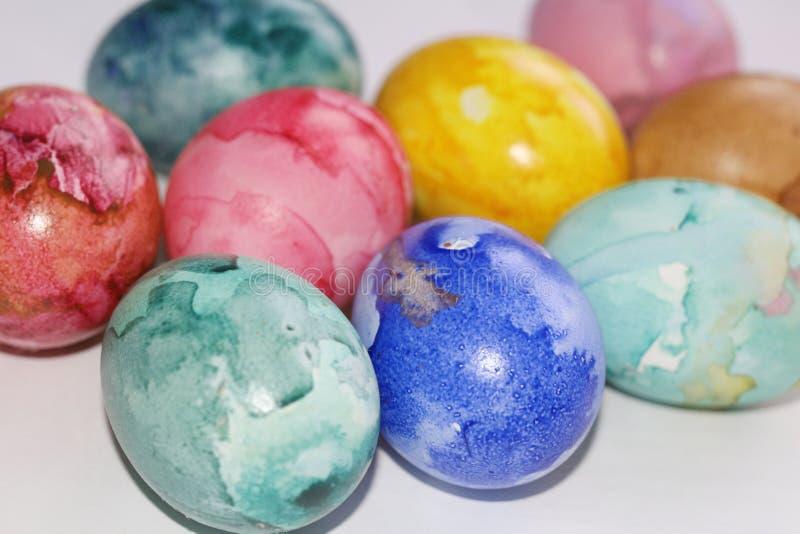 Gemalte Ostereier Malen Sie die Eier f?r Ostern Farbige Marmoreier stockbilder