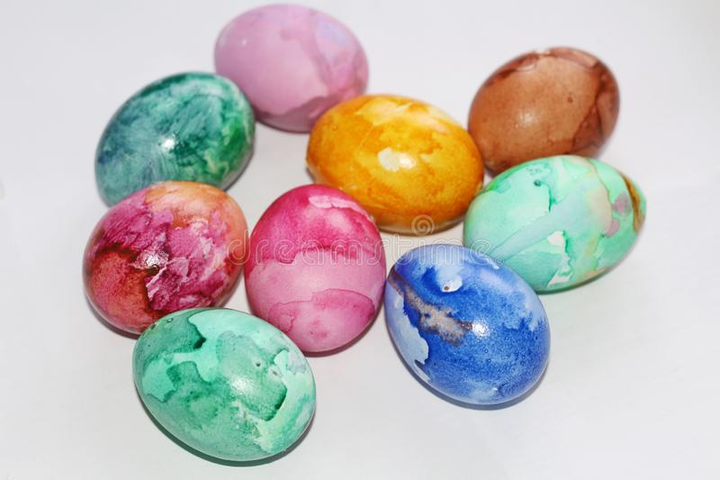 Gemalte Ostereier Malen Sie die Eier f?r Ostern Farbige Marmoreier lizenzfreie stockbilder