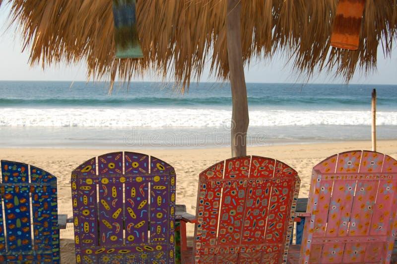 Gemalte Stühle auf Strand. lizenzfreie stockfotos