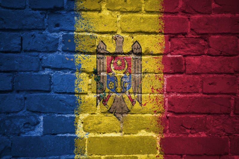 Gemalte Staatsflagge von Moldau auf einer Backsteinmauer lizenzfreie stockfotos