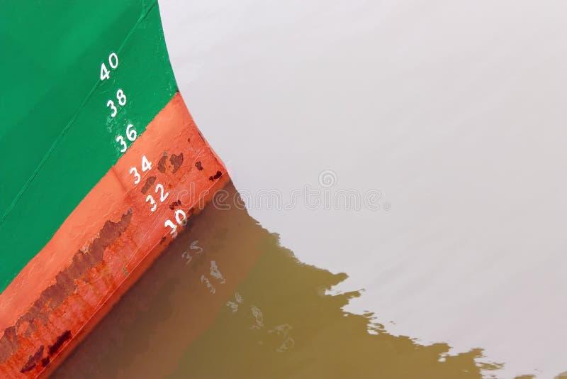 Gemalte Tiefgangsmarken auf dem Schiffsbug stockfotografie