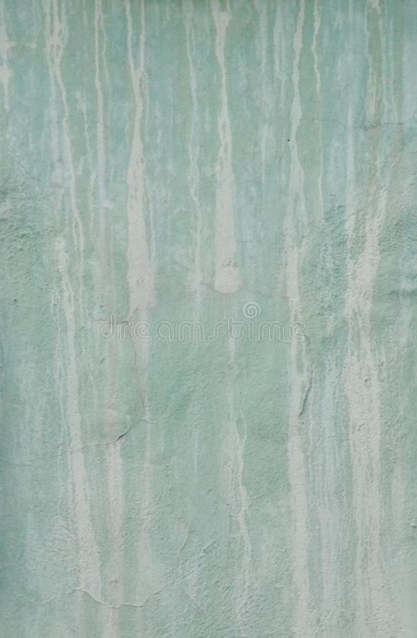 Gemalte Wand mit Tropfenfängern und Fleckhintergrund Schmutzige Wandbeschaffenheit Türkisweinlesehintergrund stockbild