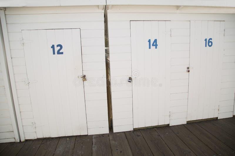 Gemalte weiße Holzlagerungstüren am Bootsdock lizenzfreie stockfotos