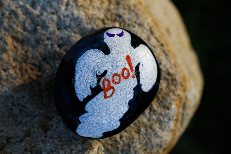 Gemalter kleiner Felsen mit einem Halloween-Geist lizenzfreie stockfotografie