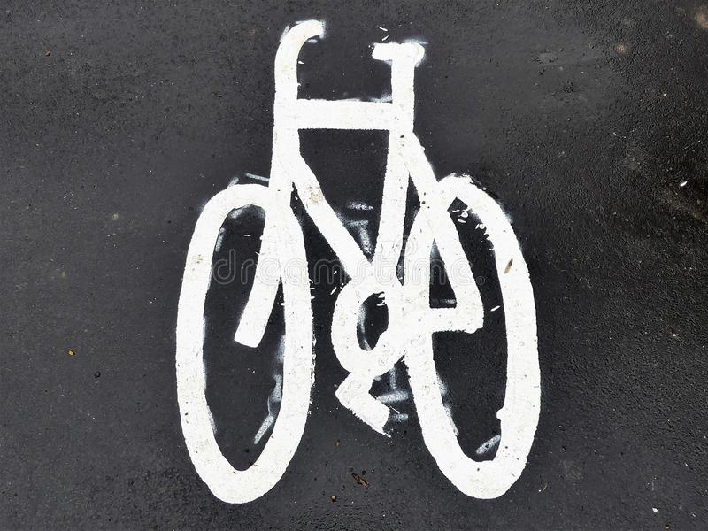 Gemaltes Fahrradzeichen auf Asphaltpflasterung lizenzfreie stockbilder