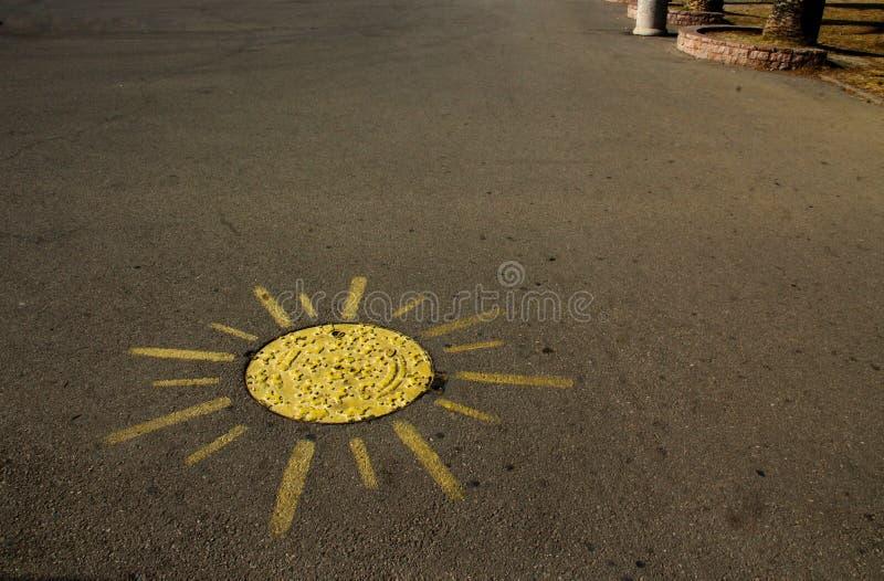 gemaltes Gelb und Aussehung wie eine Sonne stockfotografie