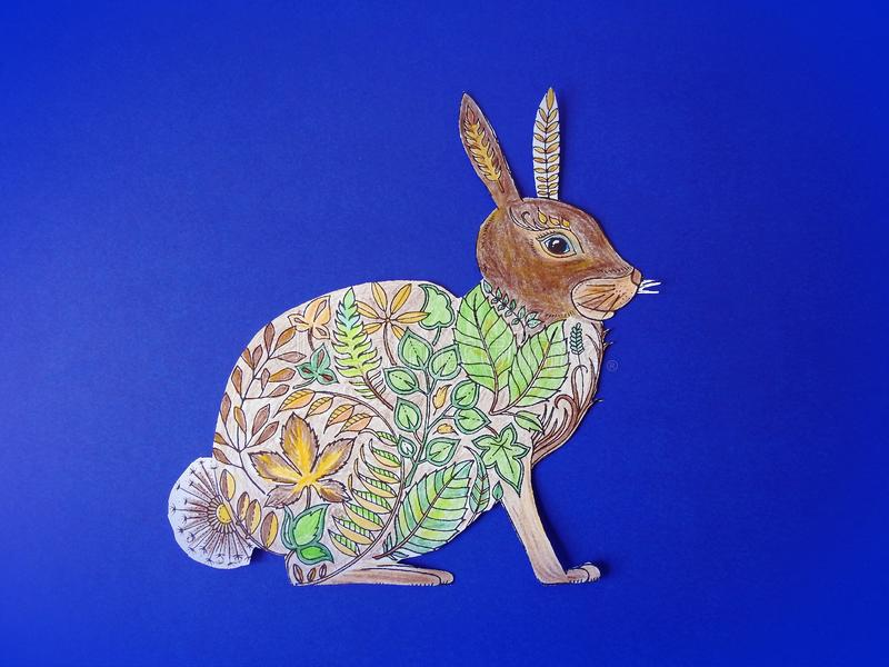 Gemaltes Kaninchen auf blauem Hintergrund lizenzfreie stockfotos