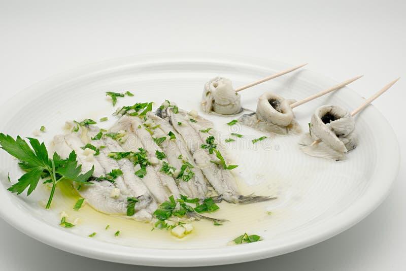 Gemarineerde ansjovissen in azijn en olijfolie stock foto's