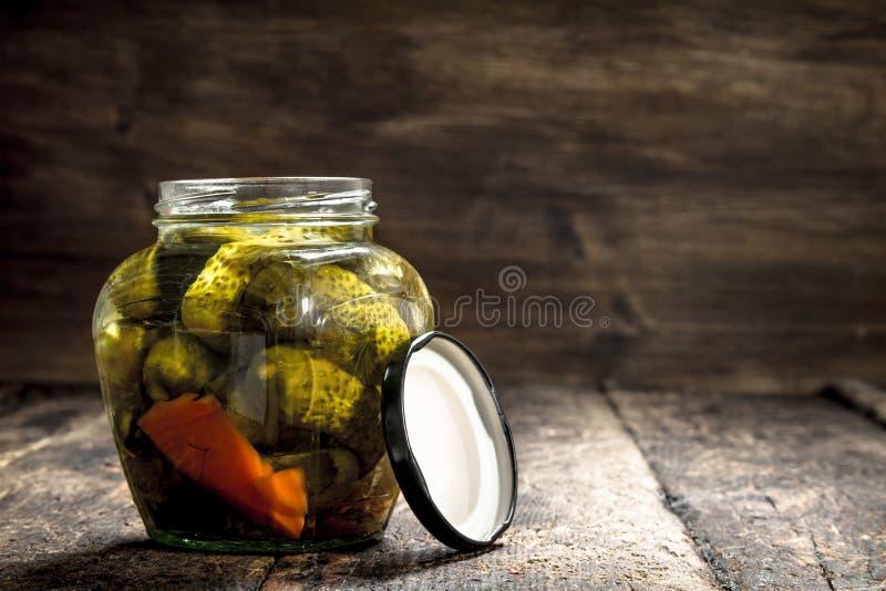 Gemarineerde komkommers in kruik royalty-vrije stock foto's