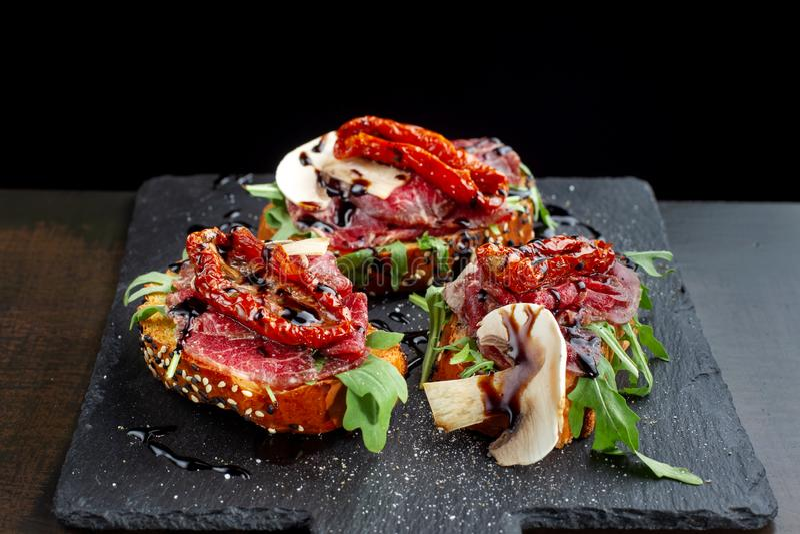 Gemarmorte Rindfleischspecksandwiche mit Pilzen und sonnengetrocknetem tomatoes-3 stockfotografie
