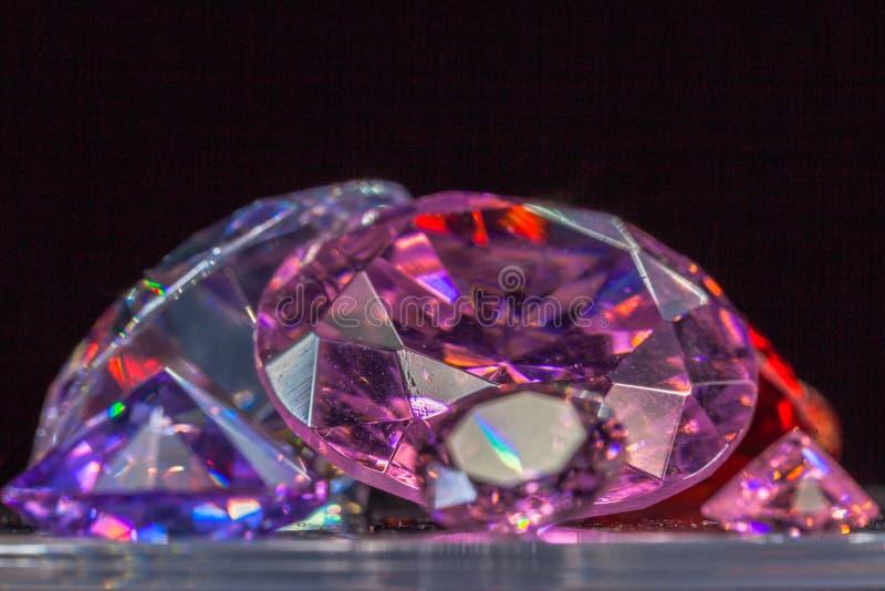 gemas coloridas no fundo preto fotografia de stock