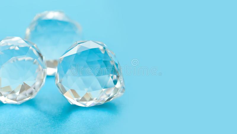 Gemas cristalinas hermosas en fondo azul Piedras abstractas del diamante, formas geométricas del polígono Visión macra, profundid fotografía de archivo