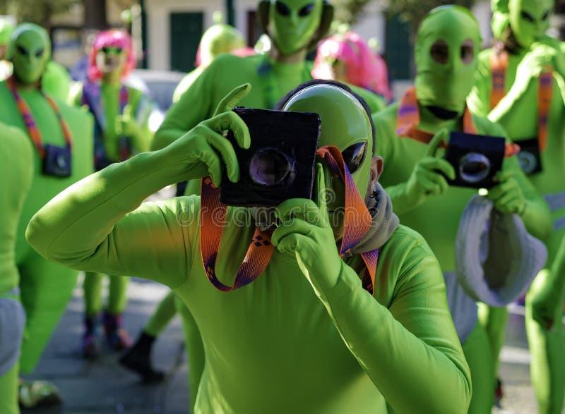 Gemaskeerde jonge mens met valse camera, royalty-vrije stock foto's