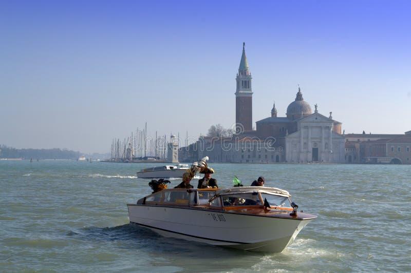 Gemaskeerde mensen in boot, Venetië royalty-vrije stock foto