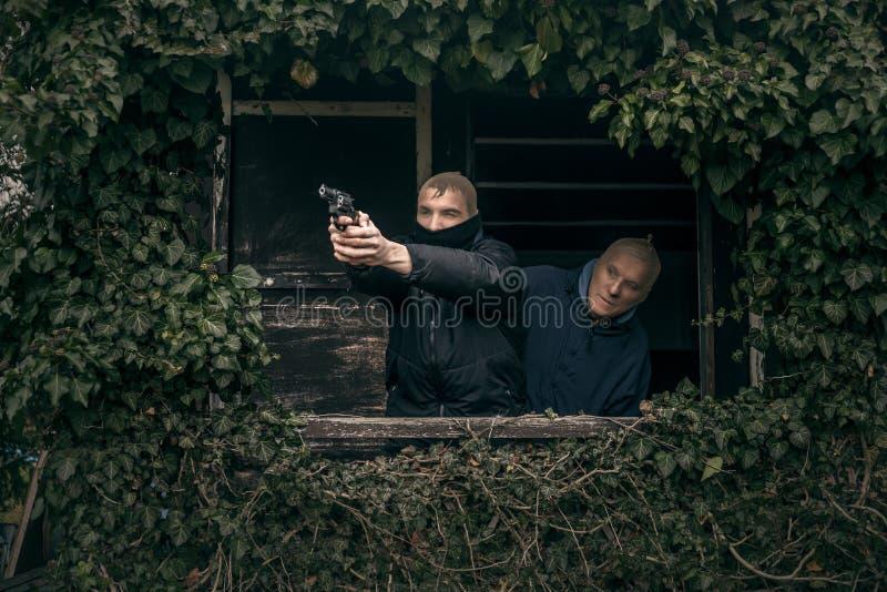 Gemaskeerde mensen met een kanon royalty-vrije stock foto's