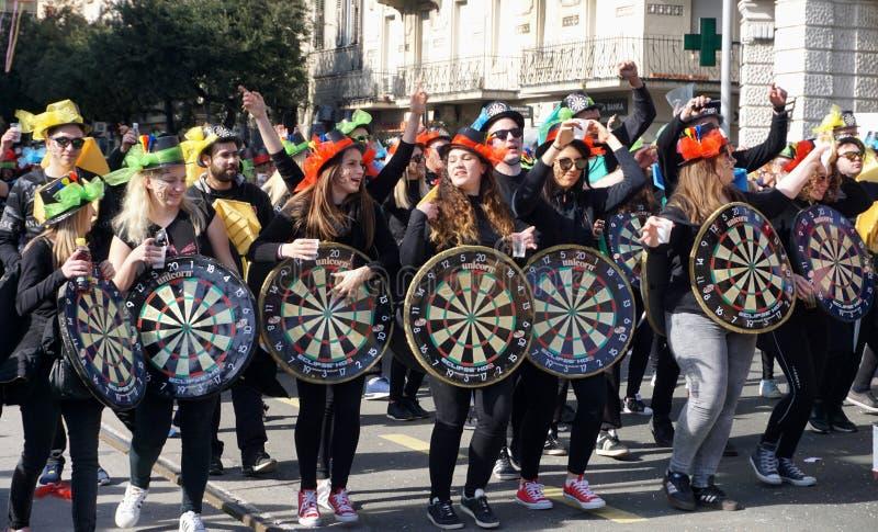 Gemaskeerde Millennials viert en hebbend pret in de Carnaval-parade stock foto's