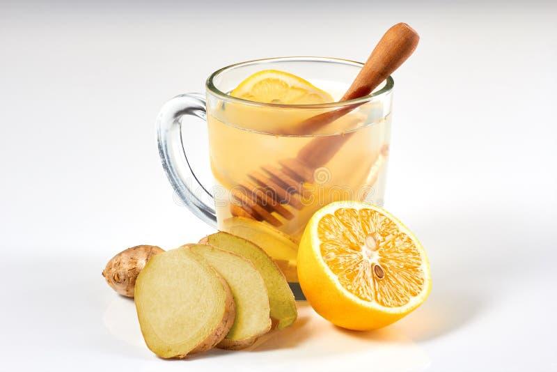 Gemberthee met citroen en honing op witte achtergrond stock afbeeldingen