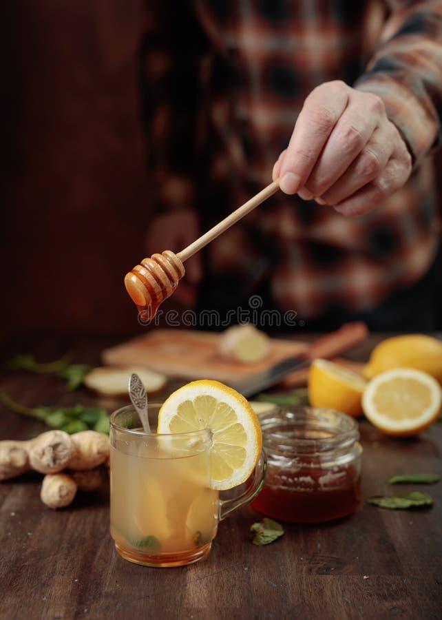 Gemberthee met honing, citroen en munt op oude houten lijst royalty-vrije stock foto's