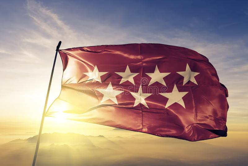 Gemeenschap van de autonome gemeenschap van Madrid van stof die van de de vlag de textieldoek van Spanje op de bovenkant golven royalty-vrije illustratie