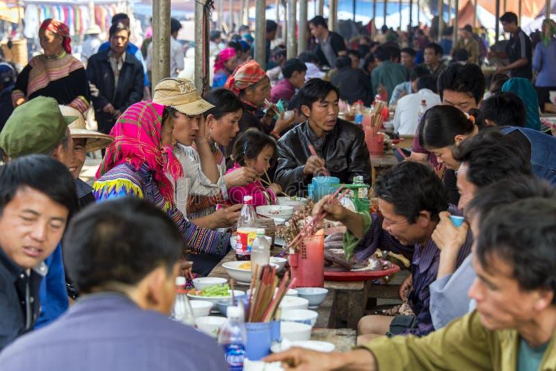 Gemeenschappelijk gezicht van dorpsbewoners die maaltijd hebben dichtbij centrale markt van Sapa Vietnam stock afbeeldingen