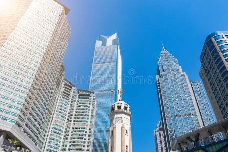 Gemeenschappelijke moderne bedrijfswolkenkrabbers, high-rise gebouwen die, architectuur aan de hemel, zon opheffen stock foto