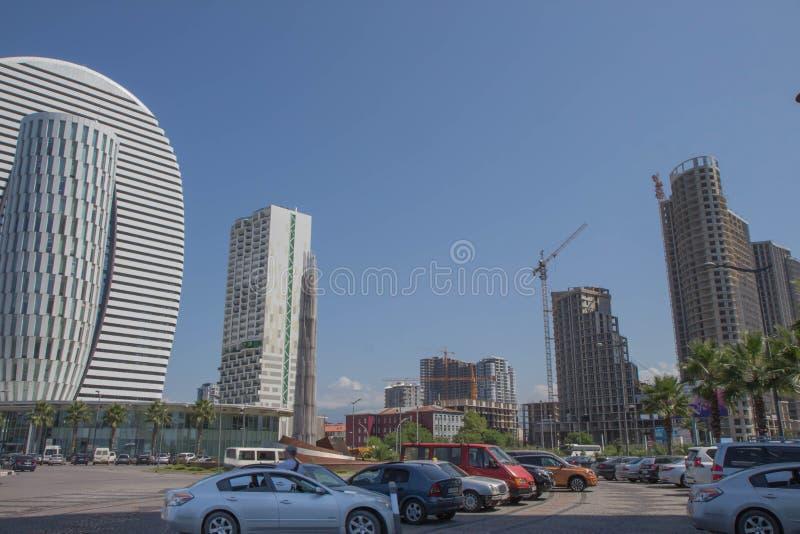 Gemeenschappelijke moderne bedrijfswolkenkrabbers, high-rise gebouwen die, architectuur aan de hemel, zon opheffen Concepten fina stock foto