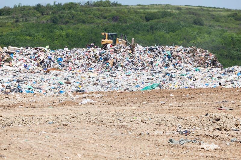 Gemeentelijke huisvuilstortplaats bij stortplaats ecologische crisisfoto stock afbeeldingen