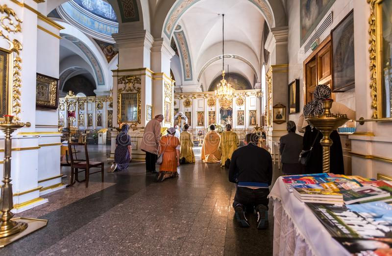 Gemeindemitglieder in der Fürbitte-Kathedrale in Zverin Pokrovsky M stockfoto
