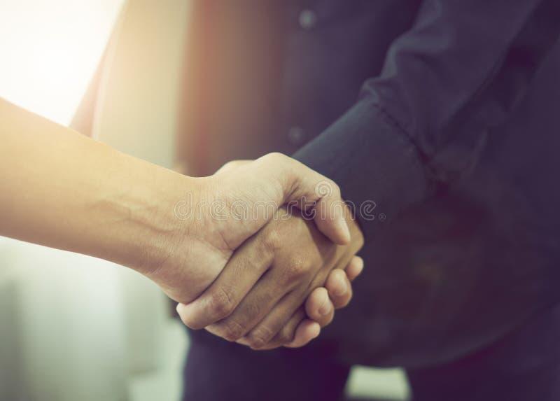 Gemeinsame Hände von zwei Geschäftsmännern, nachdem über eine erfolgreiche Geschäfts-Vereinbarung verhandelt worden ist stockfotografie