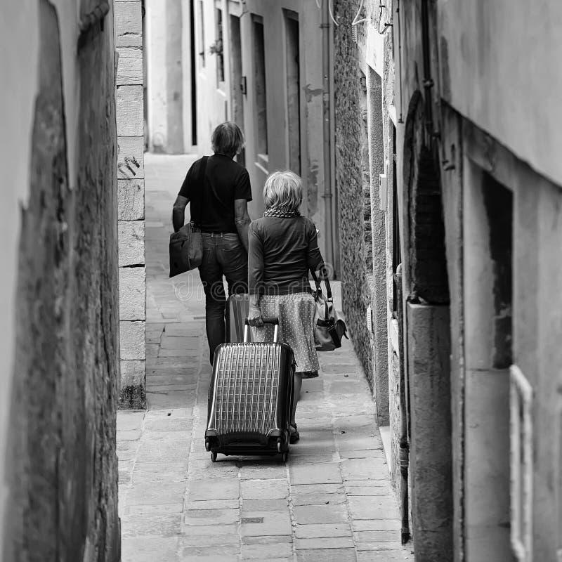 Gemeinsame Reise Ältere Paare mit Koffern stockbilder