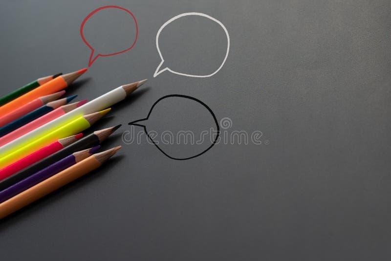 Gemeinschaftskommunikation, stellt Leutekonferenz, Social Media-Interaktion u. Verpflichtung dar Gruppe Bleistifte, die Idee teil lizenzfreie stockfotos