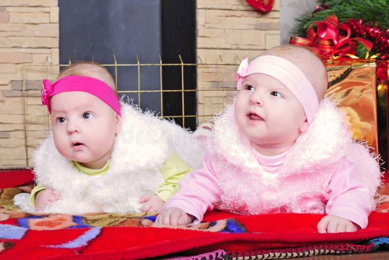 Gemella le ragazze vicino ad un albero di Natale immagine stock libera da diritti