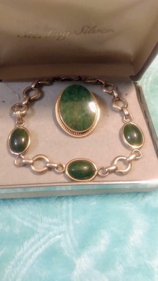 Gemellaggi di Giade autentici e vintage ambientati in 1/20 High Gold Filled Pendent & Bracelet Set immagine stock libera da diritti