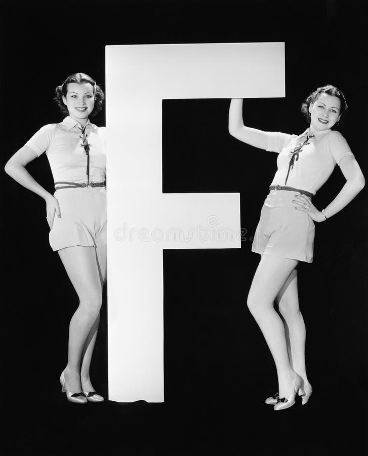 Gemelli con la lettera enorme F (tutte le persone rappresentate non sono vivente più lungo e nessuna proprietà esiste Garanzie de fotografia stock libera da diritti