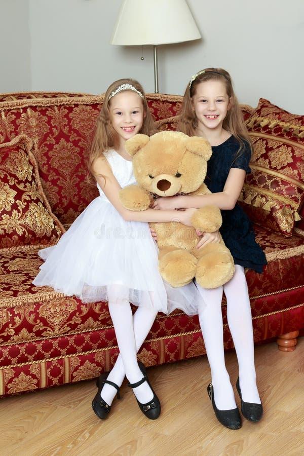 Gemelli delle ragazze con un orsacchiotto immagine stock