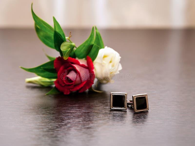 Gemelli e boutonniere dello sposo fotografia stock