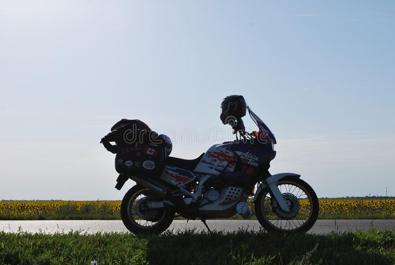 Gemelo de Honda África de la motocicleta en el prado imagen de archivo