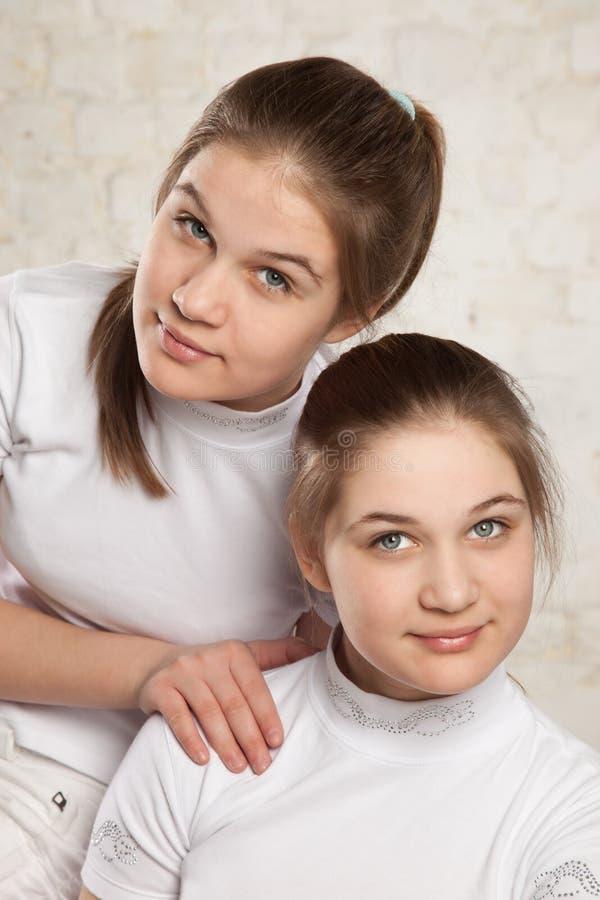 Gemelos de las hermanas imagenes de archivo