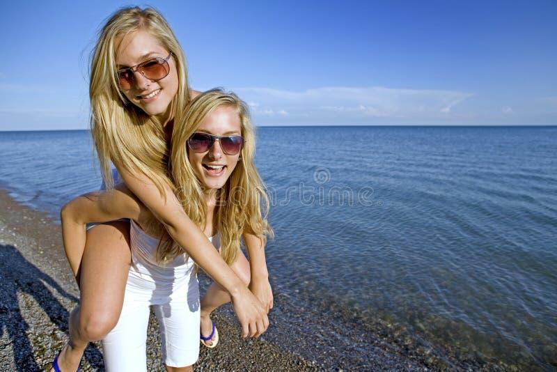 Gemelos en el verano fotos de archivo libres de regalías